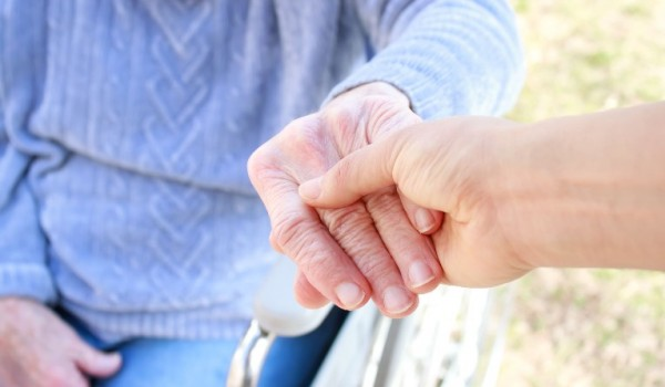 """אנשים שמתקרבים לגיל השלישי ולעיתים קרובות גם בני משפחתם הקרובה מתחילים לחשוב על אפשרויות שונות של מגורים וטיפול מתאים במסגרת של בית אבות. חשוב לדעת שיש סוגים שונים של בתי אבות כאשר בתוך המגוון הרחב ניתן למצוא גם את זה המכונה בשם """"בית אבות משולב""""."""