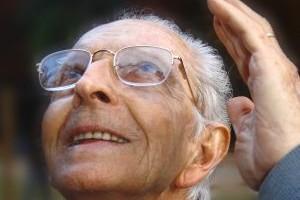 אדם שנמצא במצב סיעודי יכול להיות צעיר או מבוגר אולם מרבית האנשים שעומדים בהגדרה של מצב זה (מבחינה תפקודית) יהיו מטבע הדברים אנשים מבוגרים וקשישים. קשישים שמצבם מקשה עליהם או מונע מהם לתפקד באופן עצמאי ומשביע רצון זקוקים למענה מוסדי – טיפולי בצורה של בית אבות מתאים. חשוב לשים לב שבתוך הקטגוריה הסיעודית ישנה חלוקה פנימית למצב סיעודי רגיל וכן למצב סיעודי מורכב.